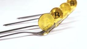 Bitcoins-Modelle auf den Gabeln produziert durch Leute und Geschäfte stock video footage