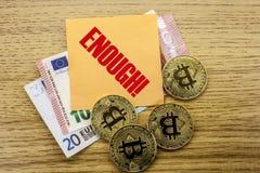 Bitcoins, moneda del pedazo en el euro, dólares observa la nota pegajosa de la bruja sobre fondo de madera, bastante Foto de archivo