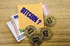 Bitcoins, moneda del pedazo en el euro, dólares observa la nota pegajosa de la bruja sobre el fondo de madera, BITCOIN Imágenes de archivo libres de regalías