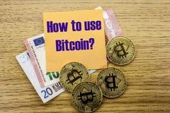 Bitcoins, moneda del pedazo en el euro, dólares observa la nota pegajosa de la bruja sobre fondo de madera, cómo utilizar el bitc Fotografía de archivo libre de regalías