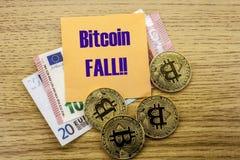 Bitcoins, moneda del pedazo en el euro, dólares observa la nota pegajosa de la bruja sobre el fondo de madera, CAÍDA de BITCOIN Fotografía de archivo
