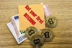 Bitcoins, moneda del pedazo en el euro, dólares observa la nota pegajosa de la bruja sobre fondo de madera, consigue su primer Bi Fotografía de archivo