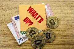Bitcoins, moneda del pedazo en el euro, dólares observa la nota pegajosa de la bruja sobre fondo de madera, CUÁL ESTÁ PARA ARRIBA Fotografía de archivo