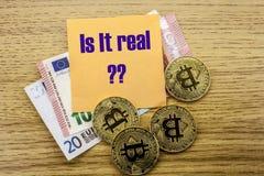 Bitcoins, moneda del pedazo en el euro, dólares observa la nota pegajosa de la bruja sobre fondo de madera, ES LAS TIC REALES Fotografía de archivo