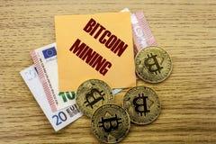 Bitcoins, moneda del pedazo en el euro, dólares observa la nota pegajosa de la bruja sobre el fondo de madera, EXPLOTACIÓN MINERA Fotos de archivo libres de regalías