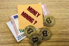 Bitcoins, moneda del pedazo en el euro, dólares observa la nota pegajosa de la bruja sobre el fondo de madera, EXPLOTACIÓN MINERA Foto de archivo libre de regalías