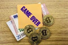 Bitcoins, moneda del pedazo en el euro, dólares observa la nota pegajosa de la bruja sobre el fondo de madera, JUEGO ENCIMA Imagen de archivo
