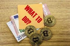 Bitcoins, moneda del pedazo en el euro, dólares observa la nota pegajosa de la bruja sobre el fondo de madera, QUÉ HACER Fotografía de archivo
