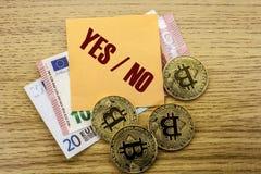Bitcoins, moneda del pedazo en el euro, dólares observa la nota pegajosa de la bruja sobre el fondo de madera, sí ningún Imagen de archivo