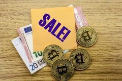 Bitcoins, moneda del pedazo en el euro, dólares observa la nota pegajosa de la bruja sobre el fondo de madera, VENTA Fotografía de archivo