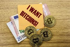 Bitcoins, moneda del pedazo en el euro, dólares observa la nota pegajosa de la bruja sobre fondo de madera, yo quiere bitcoins Foto de archivo