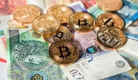 Bitcoins na górze anglików funtów, euro i połysku złoty, Fotografia Royalty Free