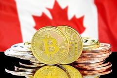 Bitcoins na Kanada flagi tle zdjęcia stock