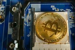 Bitcoins na płycie głównej Crypto waluta Złocisty Bitcoin kawałek moneta - BTC - Obraz Royalty Free