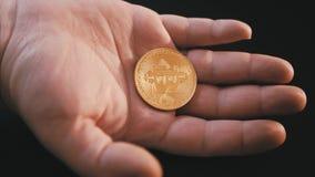 Bitcoins na palma de sua mão video estoque