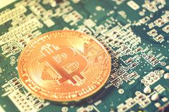 Bitcoins nya faktiska pengar och digitalt begrepp royaltyfria bilder