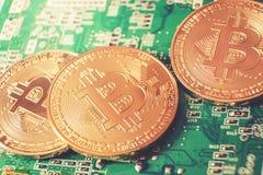 Bitcoins nya faktiska pengar och digitalt begrepp fotografering för bildbyråer