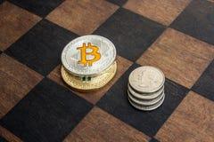 Bitcoins och amerikanska cent på en schackbräde Royaltyfri Foto