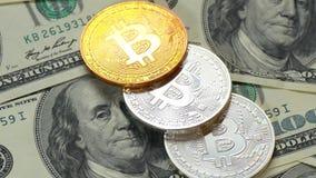 Bitcoins och dollar Myntar bitkoyny lögn på hundra dollarräkningar Blockchain är teknologin av framtiden stock video