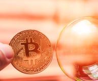 Bitcoins och handbojor som ett abstrakt symbol av brottet som kan H Arkivbilder