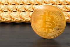 Bitcoins op de houten lijst het 3d teruggeven Royalty-vrije Stock Afbeelding