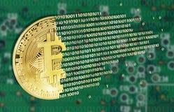 Bitcoins pojęcie z elektrycznym obwodem Zdjęcia Stock