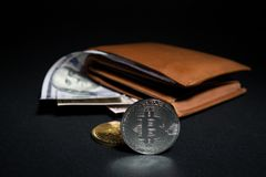 Bitcoins près de portefeuille avec l'argent américain de billets d'un dollar Photographie stock