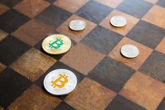 Bitcoins przeciwstawia dolary wewnątrz zdjęcia stock