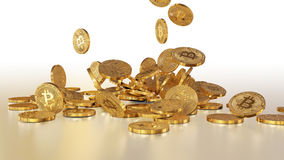 Bitcoins que baja en una pila Fotografía de archivo