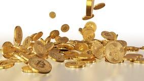 Bitcoins que baja en una pila Imagenes de archivo