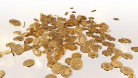 Bitcoins que baja en una pila Foto de archivo