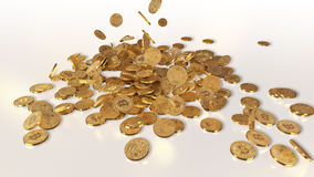 Bitcoins que baja en una pila Fotos de archivo