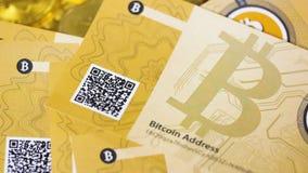 Bitcoins sedlar med skrapakod faller ner lager videofilmer