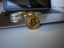 Bitcoins sind auf der Tastatur des Computernotizbuches stockfotografie