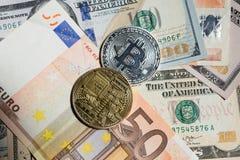 Bitcoins sobre euro e dólares Imagem de Stock