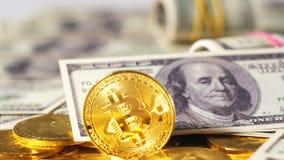 Bitcoins som är liknande till ädelmetaller mot dollarsedel arkivfilmer