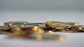 Bitcoins som faller på ett skrivbord arkivfilmer