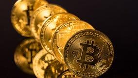 Bitcoins som i rad står som domino omkring för att falla Royaltyfri Foto