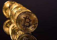 Bitcoins som i rad står som domino omkring för att falla Royaltyfria Foton