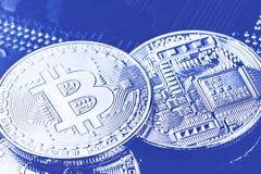 Bitcoins sur la carte mère d'ordinateur Cryptocurrency de btc de Bitcoin sur la carte d'ordinateur Macro tir Image modifiée la to photo stock