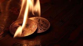 Bitcoins sur une carte mère d'ordinateur dans le feu vif banque de vidéos
