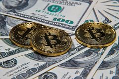 Bitcoins und 100 Dollarscheine Lizenzfreie Stockfotos