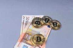 Bitcoins und Eurobanknoten Lizenzfreies Stockfoto