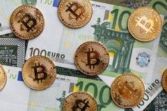Bitcoins und Euros Lizenzfreie Stockfotos