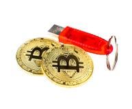 Bitcoins und usb-Blitz-Antrieb Lizenzfreies Stockfoto