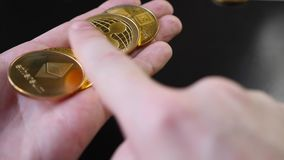 Bitcoins w rękach Ręczny przekalkulowanie bitcoin monety zbiory wideo