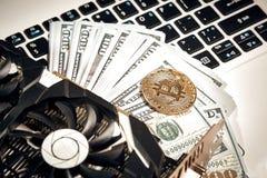 Bitcoins z dolarowymi rachunkami na laptop klawiaturze Bitcoin nowy wirtualny pieniądze Wideo karta, pojęcie kopalnictwo obrazy stock