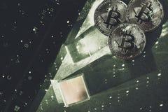 Bitcoins z laptopem i hexagnons Cryptocurrency zdjęcie stock
