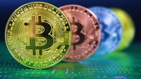 4 Bitcoins z ostrością na przód monecie zdjęcie stock