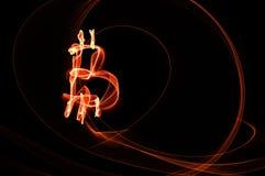 Bitcointeken over zwarte achtergrond Stock Afbeeldingen